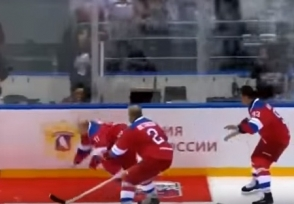 Путин упал на льду после хоккейного матча