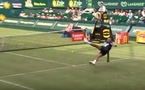 Теннисисты заиграли в футбол прямо во время матча
