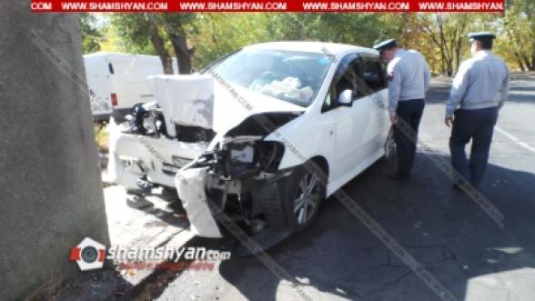 Երևանում անչափահասը Toyota-ով բախվել է շինության պատին. վիրավորները անչափահաս են. դիմապակուն փակցված է գնդապետի անվամբ անցագիր