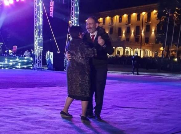 Փաշինյանը տանգո է պարել վանաձորցի կնոջ հետ