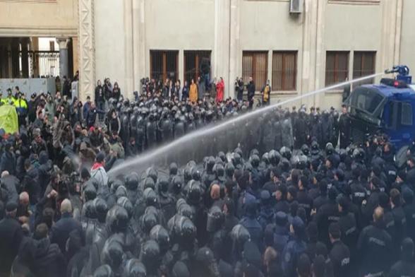 Полиция в Грузии разогнала акцию протеста у парламента (видео)