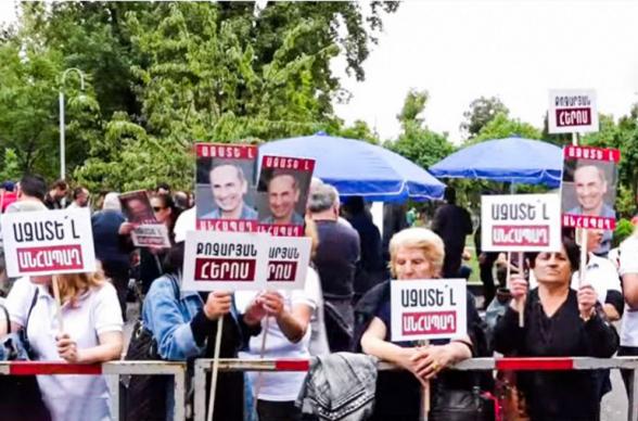 Сторонники Роберта Кочаряна проводят акцию перед зданием суда (прямой эфир)