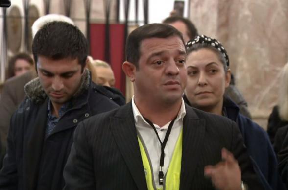 Азербайджанский блогер вошел в армянскую церковь и попросил Пашиняна «вернуть земли» (видео)
