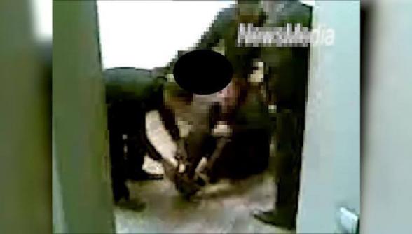 Полицейские выбивают показания с дубинкой и противогазом