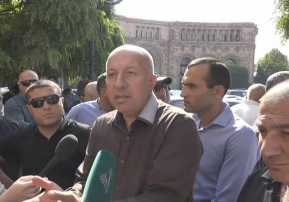 Ավտոներկրողները կառավարության շենքի մոտ բողոքի ակցիա են անում (տեսանյութ)