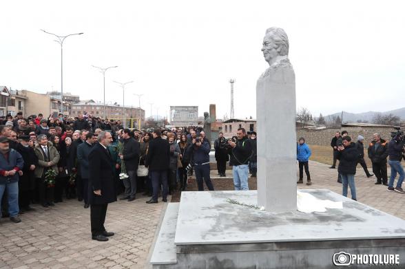 Пашинян принял участие в церемонии открытия бюста меценату Керку Кркоряну (видео)