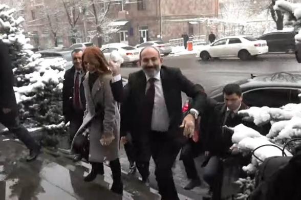 Никол Пашинян запустил в журналистов снежком