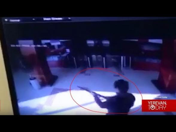 Эксклюзивные кадры: открывший стрельбу в «Эребуни Плаза» входит в здание