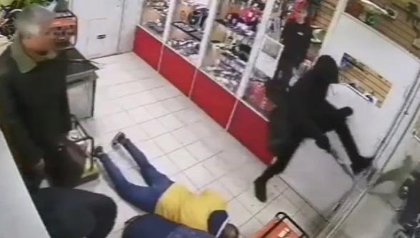 Штурм ломбарда грабителем-неудачником в Симферополе попал на видео