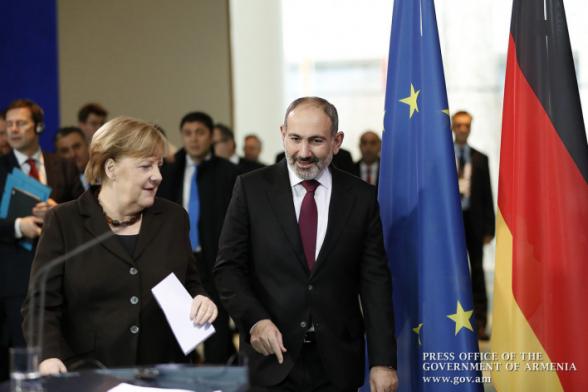 Ангела Меркель в своем выступлении упоминает Венецианскую комиссию, о чем нет ни слова в армянском переводе