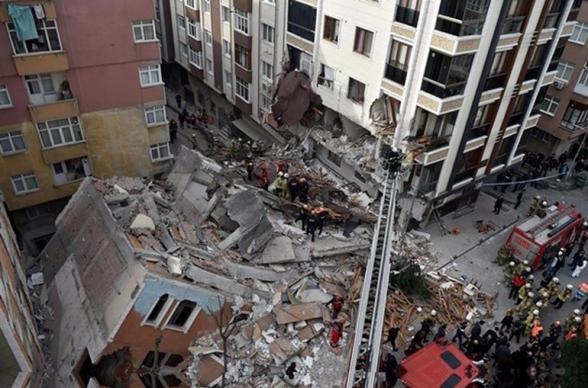 В Стамбуле обрушился семиэтажный дом (фото)