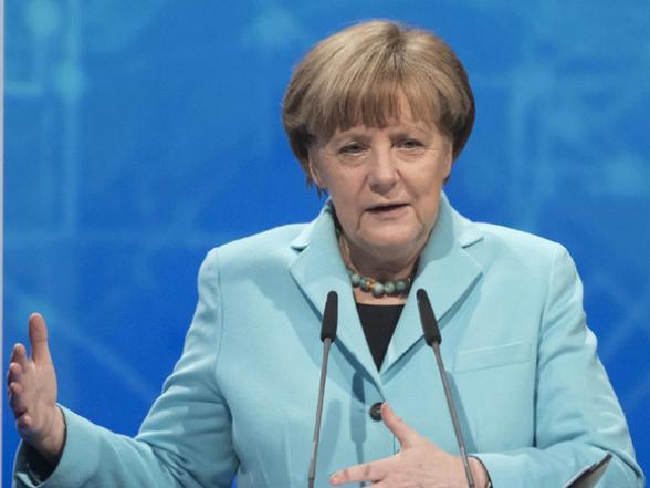 Меркель вышла на работу после двух недель изоляции