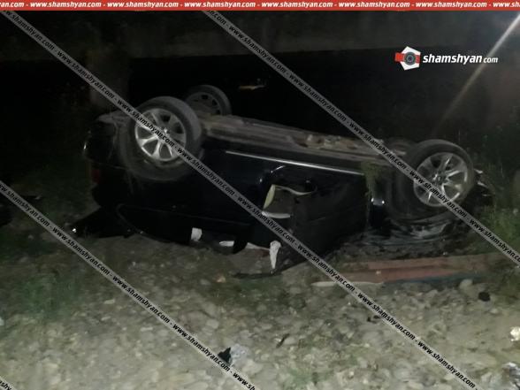 Ավտովթար Արարատի մարզում. 31-ամյա վարորդը BMW X5-ով բախվել է կամրջի արգելապատնեշներին և գլխիվայր շրջվել՝ հայտնվելով կամրջի տակ (լուսանկարներ)