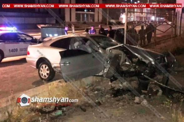 Երևանում 28-ամյա վարորդը Mercedes-ով բախվել է Նորագավիթի «գայի պոստի» բետոնե պատնեշին. կան վիրավորներ