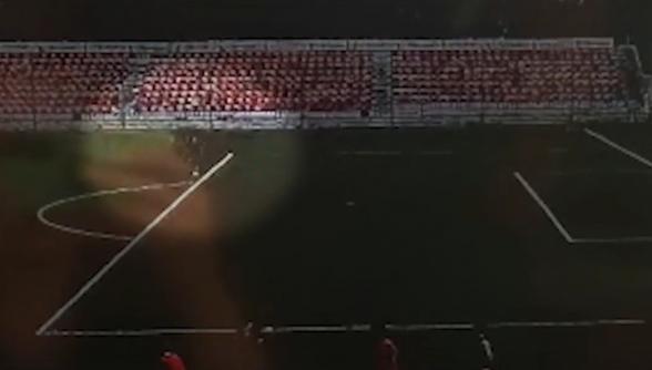 Удар молнии по вратарю на подмосковном стадионе попал на видео