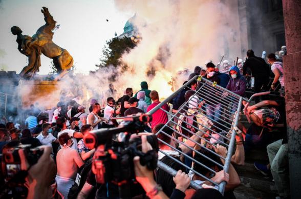Սերբիայի նախագահը բողոքի զանգվածային ցույցերի ճնշման տակ հրաժարվել է սահմանափակումները խստացնելու մտադրությունից