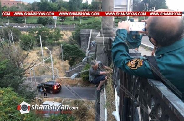 «Հաղթանակ» կամրջի տարբեր հատվածներում 2 տղամարդ փորձում են ցած նետվել, նրանցից մեկին փրկել են, մյուսին փորձում են փրկել (տեսանյութ)
