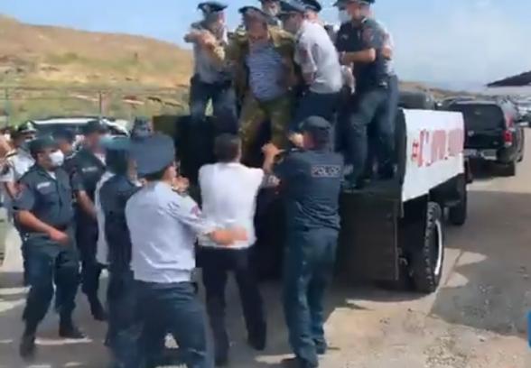 Участникам движения ВЕТО не разрешили провести автопробег: их подвергли приводу (видео)