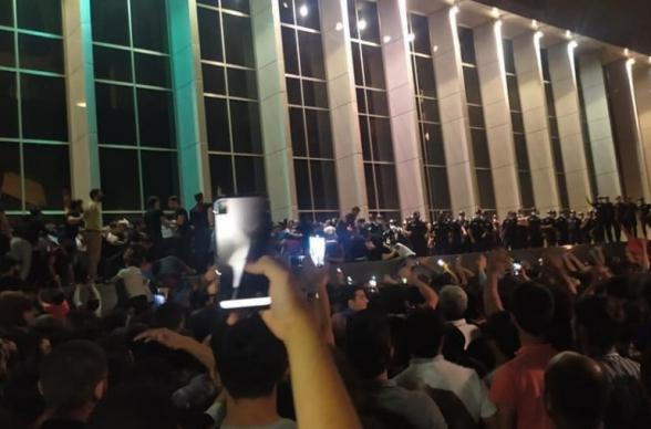 Բաքվում գիշերն անցկացված ակցիայի ժամանակ 7 ոստիկան է տուժել, 16 ծառայողական մեքենա վնասվել (տեսանյութ)