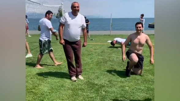 Самвел Алексанян играет в волейбол на Севане