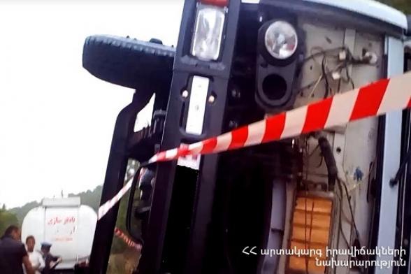 Կապան-Գորիս ավտոճանապարհին «ԿամԱԶ» մակնիշի ավտոմեքենան դուրս է եկել ավտոճանապարհի երթևեկելի հատվածից և կողաշրջվել