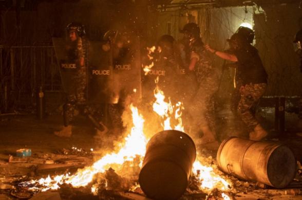 В Бейруте полиция применила слезоточивый газ против требующих отставки правительства демонстрантов