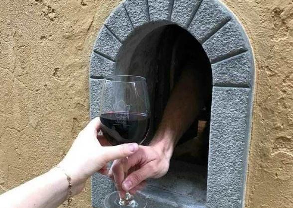 Տոսկանայում սկսել են գործել միջնադարյան «գինու պատուհանները», որոնք միջնադարում օգտագործվել են ժանտախտի ժամանակ (լուսանկար)