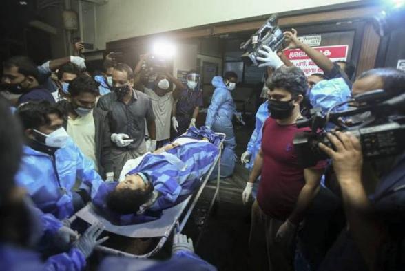 В Индии самолет развалился на части после неудачной посадки