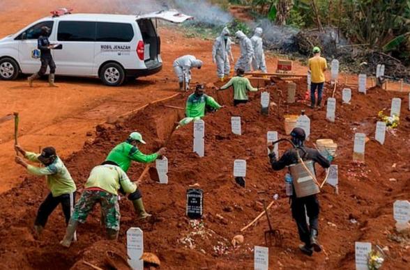 Ինդոնեզիայում դիմակ չդնող անձանց որպես պատիժ ուղարկում են կորոնավիրուսից մահացածների համար գերեզմանափոսեր փորելու (լուսանկար)