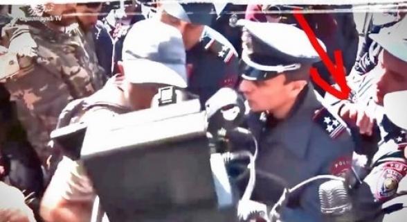 Տեսանյութում այն պահն է, երբ հեղափոխական Նիկոլը ոստիկանին քսիվ է փոխանցում