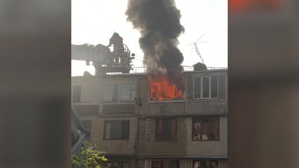 Крупный пожар в 5-этажном здании в Норкском массиве
