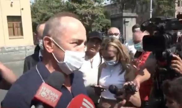 Роберт Кочарян поблагодарил собравшихся во дворе суда сторонников (видео)