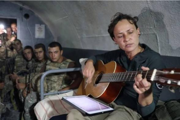 Ռուս ռոք երգչուհի Յուլյա Չիչերինան Արցախի պաշտպանների հետ առաջնագծում