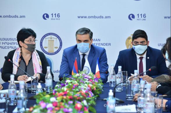 Омбудсмен Армении представил делегации Франции совершенные Азербайджаном преступления (видео)