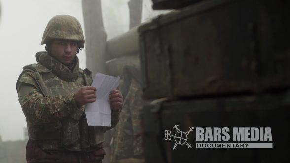 Военнослужащие читают написанные детьми письма
