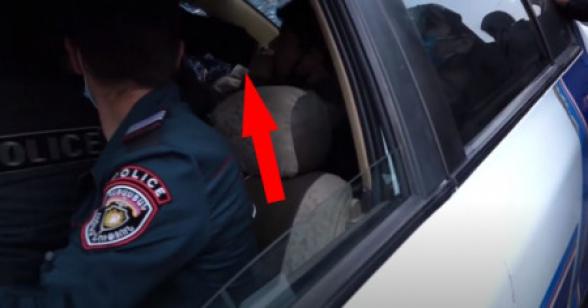 Ոստիկանը մեքենայի մեջ հարվածում է բերման ենթարկված ցուցարարին