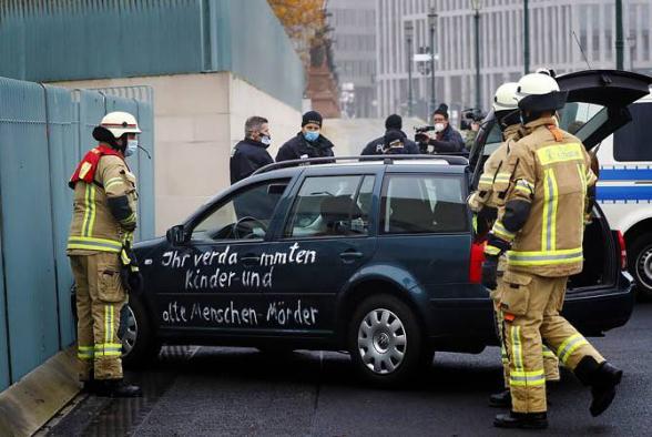 Машина врезалась в ворота канцелярии Меркель (видео)