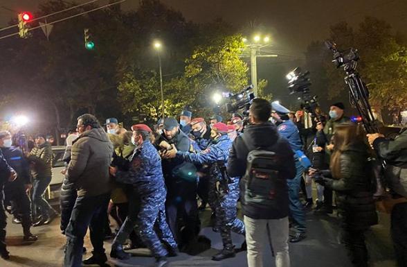Նիկոլ Փաշինյանի հրաժարականը պահանջող քաղաքացիները փակել են կենտրոնական փողոցները․ ոստիկաններն ուժ են կիրառել (տեսանյութ)