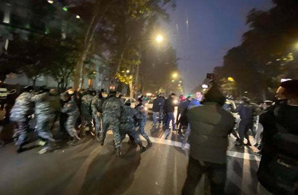 Полицейские с таким лицом подвергают приводу людей, скандирующих «Никол - предатель», как будто они не потеряли Родину