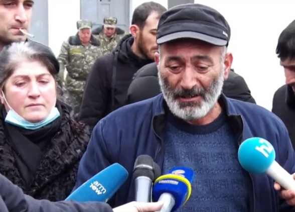 Անհետ կորած զինծառայողների ծնողները բողոքի ակցիա են անում Էջմիածնի զորամասի դիմաց (տեսանյութ)