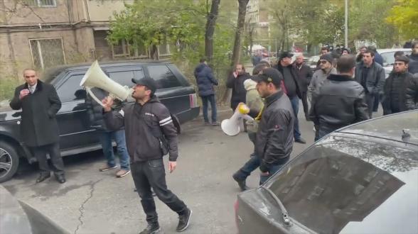 «Никол – предатель, и точка»: акция граждан во дворе дома Корюна Мкртчяна в ответ на насилие