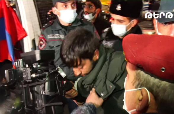 Ոստիկանները բռնություն են գործադրել «Երկիր մեդիա» հեռուստաընկերության օպերատորի նկատմամբ
