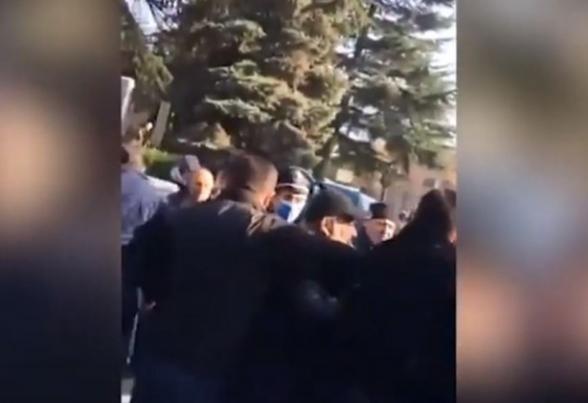 В Иджеване прошла акция протеста с требованием отставки Пашиняна: между гражданами и полицейскими произошла потасовка (видео)