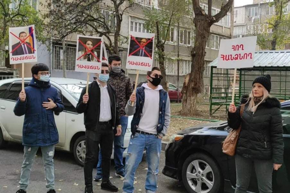 Акция протеста во дворе дома депутата от «Моего шага» Сурена Григоряна (видео)