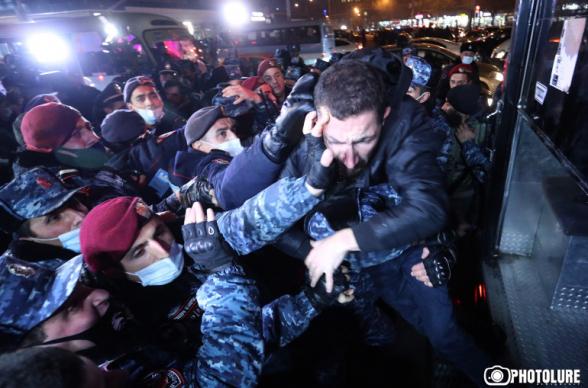 Փաշինյանի հրաժարականի պահանջով անհնազանդության ակցիայի 43 մասնակից բերման է ենթարկվել ոստիկանություն