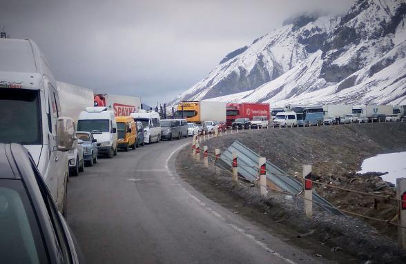 Автодорога Степанцминда-Ларс все еще закрыта: на российской стороне скопилось около 340 грузовых автомобилей
