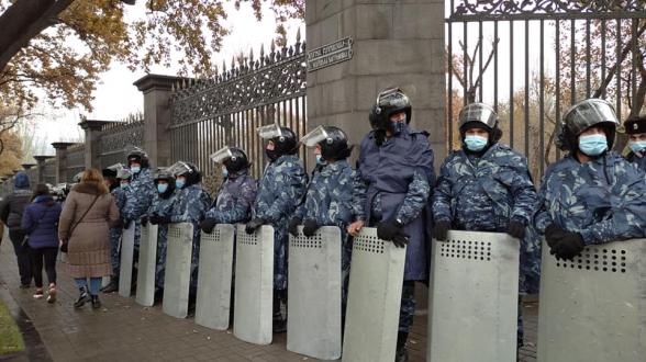 Акция протеста перед зданием парламента против избрания членов ВСС (видео)