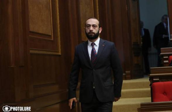 Арарат Мирзоян сбежал от журналистов, не ответив на их вопросы (видео)
