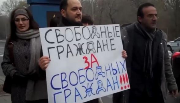 Ժամանակին սրանք Նավալնու համար ցույցեր էին անում Ռուսաստանի դեսպանատան դիմաց (տեսանյութ)
