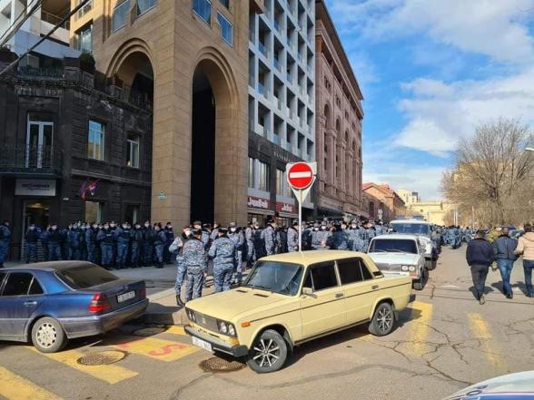 Իրավիճակի թիվ մեկ մեղավորն ու պատասխանատուն ընդամենը 100 մետր ոտքով անցնելու համար հազարավոր ոստիկաններ է փողոց հանել